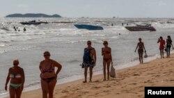 Wistawan asing di pantai Pattaya, Thailand (foto: dok). Jumlah wisatawan Rusia yang berkunjung ke Thailand berkurang drastis sejak Rusia mengalami krisis mata uang.