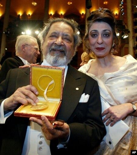 وی اس نایپل در کنسرت هال سوئد پس از دریافت مدال نوبل