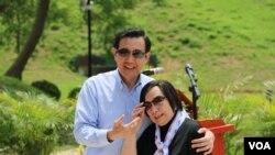 马英九总统和海基会前董事长辜振甫遗孀辜严倬云合影(美国之音齐勇明拍摄)