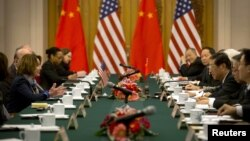 包括美国众议院少数党领袖南希•佩洛希(左一),国会人权委员会主席吉姆•麦戈文等人在内的美国国会高级代表团日前罕见的访问西藏,之后于 11月12日与中国官员举行会谈。
