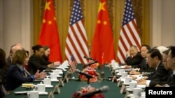 眾議院少數黨領袖南希‧佩洛西(左一),國會人權委員會主席吉姆‧麥戈文等在內的 美國國會高級代表團訪問西藏後在11月12日與中國官員舉行會談