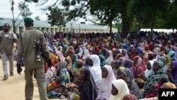 Un policier passant des personnes déplacées par les attaques à Maiduguri (Archives)