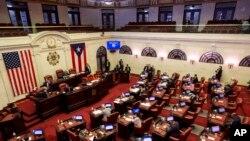 Los senadores se reúnen para analizar la confirmación de Pedro Pierluisi, en la actualidad el secretario de Estado, como nuevo gobernador en San Juan, Puerto Rico, el lunes 5 de agosto de 2019. (AP Foto/Dennis M. Rivera Pichardo)