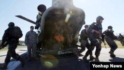 17일 경기도 김포시 월곶면 해병대 종합훈련장에서 열린 미한 해병대 연합작전 훈련에서 해병대원들이 헬기를 이용한 침투훈련을 하고 있다.