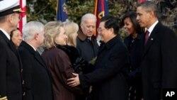 Le président Barack Obama, la première dame, Michelle Obama, et le président chinois, Hu Jintao, saluant la délégation américaine, à la Maison-Blanche
