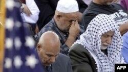 Tín đồ Hồi giáo ở Hoa Kỳ cầu nguyện trong buổi lễ Eid al-Fitr đánh dấu sự kết thúc của tháng chay Ramadan tại Bridgeview, bang Illinois