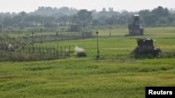 Các chốt canh gác của Ấn Độ (phải) dọc biên giới Pakistan ở Suchetgarh gần Jammu.