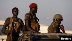 Tentara Sudan Selatan siaga di atas kendaraan militer di ibukota Juba (20/12).