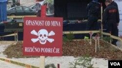 Znak za minsko područje na postavljenoj simuliranoj minski - rizičnoj površini ispred SCC-a u Sarajevu.