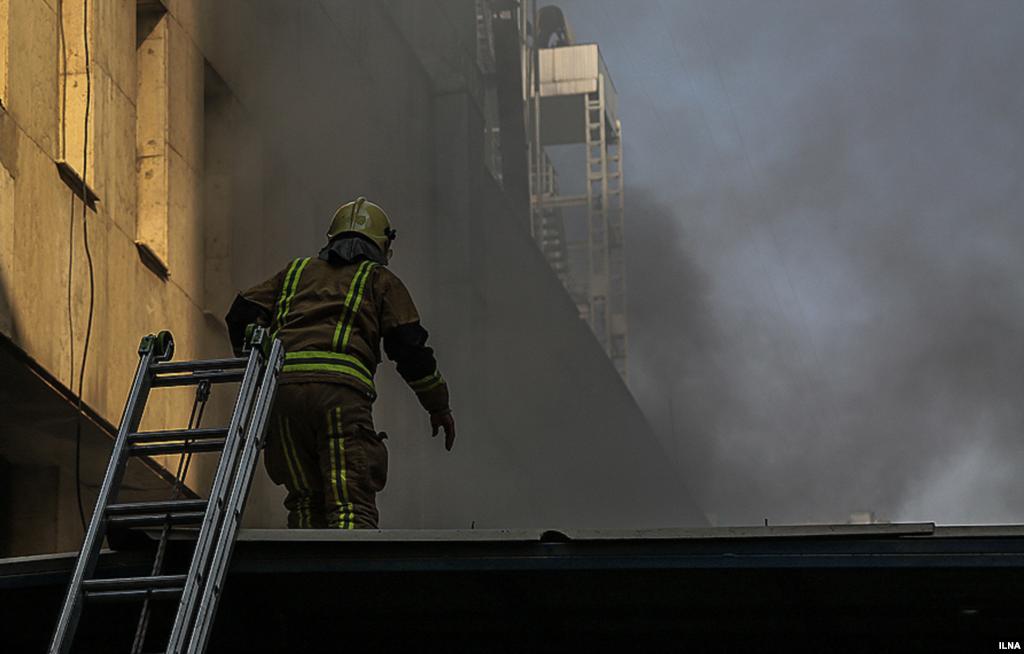 دومین روز از آتش سوزی ساختمان برق حرارتی وزارت نیرو عکس: مهدی نصیری