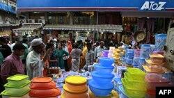 Người Ấn Độ mua sắm tại 1 khu chợ đông đúc ở Mumbai, Ấn Độ, 26/11/2011