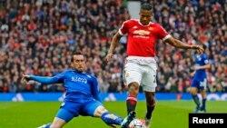 Antonio Valencia de Manchester United, à droite, tente un drible contré par Daniel Drinkwater de Leicester City lors d'un match de football du championnat d'Angleterre, 1er mai 2016.