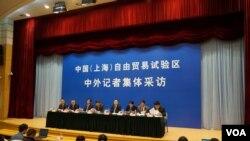 國務院宣傳辦組織中外記者參訪掛牌兩個月的上海自貿區(美國之音東方拍攝)