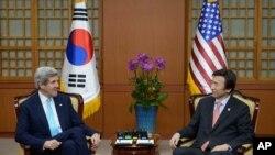 美国国务卿克里(左)2月13日在首尔会晤韩国外交部长官尹炳世