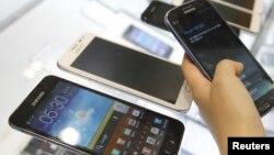 삼성전자의 갤럭시 노트 제품을 살펴보는 고객. (자료사진)