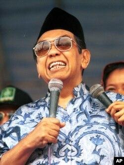 Mendiang Abdurrrahman Wahid atau Gus Dur saat berbicara pada suatu acara di Jakarta, 26 Mei 1999 (foto: dok).