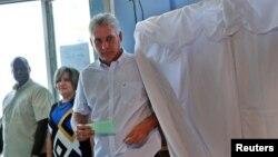 카스트로에 이은 차기 쿠바 국가평의회 의장으로 유력시되는 미겔 다이스 카넬 국가평의회 수석부의장이 11일 쿠바 산타클라라에서 투표하고 있다.