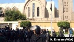 Polisi anti huru hara menjaga Katedral dan memblokir ruas jalan menuju kompleks Kathedral di Abassya, Kairo, Mesir, 11 Desember 2016. (Foto: dok).