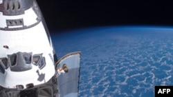 Phi thuyền con thoi Endeavour đang cặp trên Trạm Không gian Quốc tế
