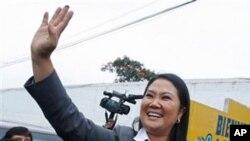 藤森庆子周日在利马的一个投票站向支持者挥手