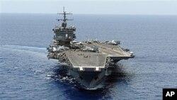 O porta aviões americano USS Enterprise, no Oceano Atlântico. Os Estados Unidos estão a movimentar forças navais e aéreas para as imediações da Líbia.