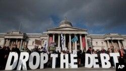 今年2月15日,抗议者在伦敦举行集会。他们高举标语牌,表示与希腊团结一致。抗议者背后是英国国家艺术馆。