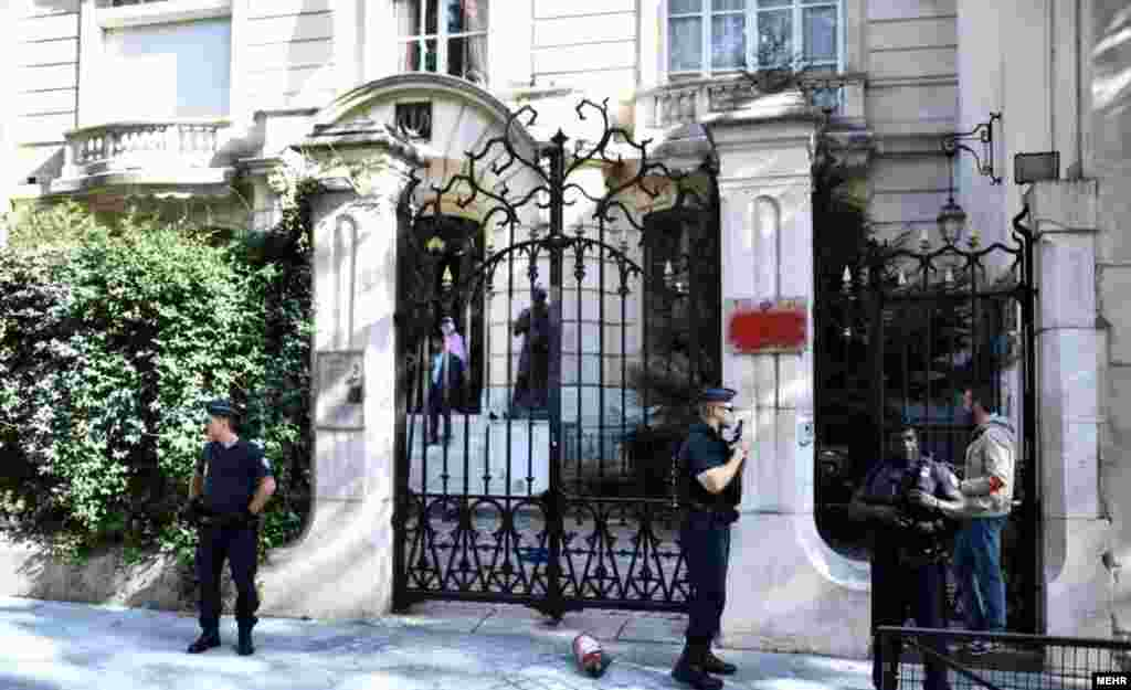 عکسی از حمله به سفارت جمهوری اسلامی ایران در پاریس.مهاجمان پرچم جمهوری اسلامی ایران را آتش زدند.