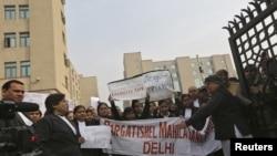 Sanıkların savunmasını üstlenmeyen Hintli avukatlar adaletin hızlı çalışması için gösteri yaptı