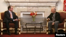 美國新任國防部長阿什頓 . 卡特(左)在喀布爾與阿富汗總統加尼會面。