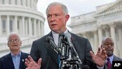 Senator Partai Republik, Jeff Sessions, salah seorang pengecam kebijakan Presiden Obama, ingin mencegah rencana kedatangan 10 ribu pengungsi Suriah yang dicanangkan oleh pemerintahan Obama (foto: dok).