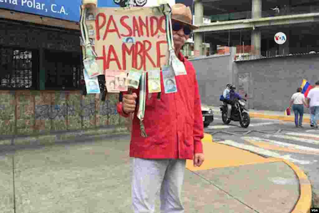 """""""Pasamos hambre"""" se lee en un cartel en denuncia a la terrible situación económica que atraviesa Venezuela."""