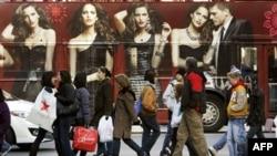 Chiếc xe buýt với ảnh quảng cáo thời trang chạy ngang qua khu kinh doanh hôm Thứ Sáu Ðen, một trong những ngày buôn bán nhộn nhịp nhất trong năm