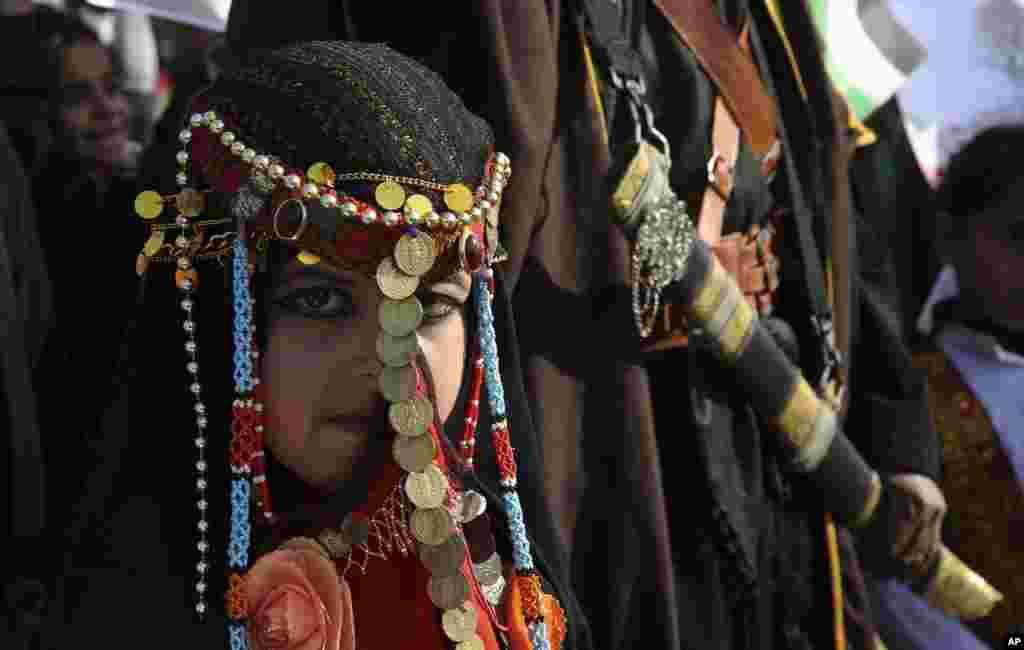 Seorang gadis Badui mengenakan pakaian tradisional pada peringatan 41 tahun 'Hari Tanah' di Deir el-Balah, Jalur Gaza, peristiwa di mana banyak warga Arab yang memrotes pendudukan tanah mereka, tewas akibat kekerasan pasukan Israel dalam aksi protes tahun 1976.