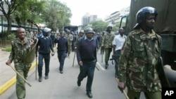 Pasukan keamanan dan polisi Kenya melakukan patroli di Nairobi (foto: dok). 34 polisi Kenya tewas akibat disergap oleh kawanan bersenjata, Sabtu (10/11).