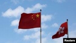 Quốc kỳ Trung Quốc và cờ của đặc khu Hong Kong.