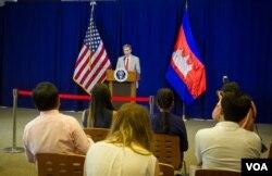 លោកស្គុត បើសប៊ី (Scott Busby) ឧបការីរងរបស់ក្រសួងការបរទេសសហរដ្ឋអាមេរិកទទួលបន្ទុកផ្នែកលទ្ធិប្រជាធិបតេយ្យ សិទ្ធិមនុស្ស និងការងារ ថ្លែងទៅកាន់អ្នកសារព័ត៌មាននៅស្ថានទូតសហរដ្ឋអាមេរិកប្រចាំកម្ពុជាអំពីដំណើរទស្សនកិច្ចរយៈពេលពីរថ្ងៃ របស់លោកនៅកម្ពុជា ដែលបញ្ចប់នៅថ្ងៃអង្គារ ទី២ ខែមិថុនា ឆ្នាំ២០១៥។ (រូបថត៖ នៅ វណ្ណារិន/VOA Khmer)