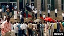 Une foule s'assemble à l'extérieur du parlement à Brazzaville, Congo, 25 octobre 1997.