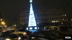 莫斯科市中心前克格勃,目前是俄罗斯联邦安全局大楼前的圣诞树。(美国之音白桦拍摄)
