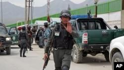 Cảnh sát Afghanistan ngăn chặn các nhà báo vào Bệnh viện Quốc tế Cure ở Kabul, ngày 24/4/2014.