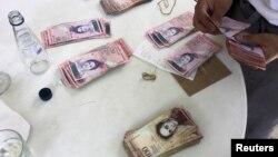 el legislador y economista José Guerra, asegura que esos billetes que van a llegar, representan solo el 40 % de los requerimientos de billetes para el mes de diciembre.