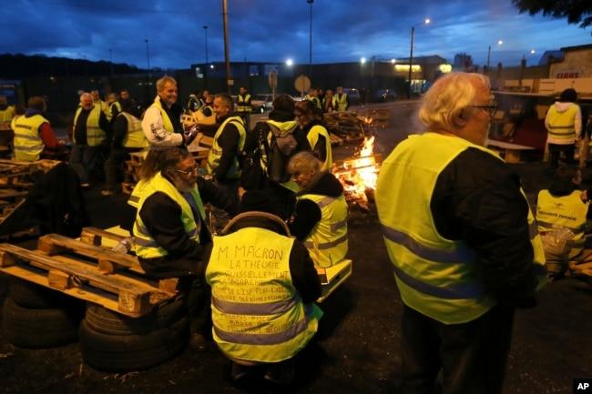 Sindicatos y agricultores podrían unirse a las protestas en Francia pese a que el gobierno retiró los impuestos a las combustibles.