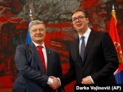 Predsednici Ukrajine i Srbije Petro Porošenko i Aleksandar Vučić rukuju se tokom razgovora u Palati Srbija u Beogradu (Foto: AP/Darko Vojinović)
