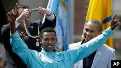 波士顿马拉松赛男子组冠军埃塞俄比亚运动员莱斯萨.戴利萨 (资料照片)