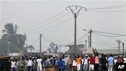 Un groupe de Jeunes Patriotes bloquant l'entrée d'Abobo, le 11 janvier