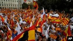 Населення Барселони з іспанськими і каталонськими прапорами відзначає національний день «Dia de la Hispanidad»