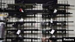 TƯ LIỆU: Các khẩu súng trường tấn công kiểu AR-15 trưng bày trong một cửa hàng bán súng ống ở Oceanside, California, ngày 12 tháng 4, 2021.