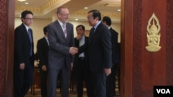 FLOWERS Dmitry Y., Extraordinary and Plenipotentiary Ambassador of the Russian Federation to Cambodia, shakes hand with newly appointed Foreign Affairs Minister Prak Sokhonn, after his one month in the office on Thursday 05th, May 2016, Phnom Penh. Ministry of Foreign Affairs and International Relations calls on 29 foreign embassies in Phnom Penh to have a talk after Minister Prak Sokhonn takes over the role for a month in the office. (Leng Len/VOA Khmer)