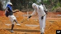 ARCHIVES - Un homme se fait asperger au désinfectant après l'enterrement d'un de ses proches décédé de la maladie à virus Ebola à Monrovia, Liberia, le 11 mars 2015.