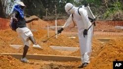 Seorang pria disemprot disinfektan di Monrovia, Liberia (11/3). (AP/Abbas Dulleh)