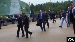去年莫斯科防務展上,紹伊古陪同普京。(美國之音白樺攝)